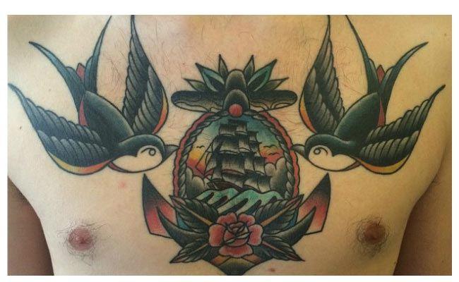Tatuajes de golondrinas en el pecho